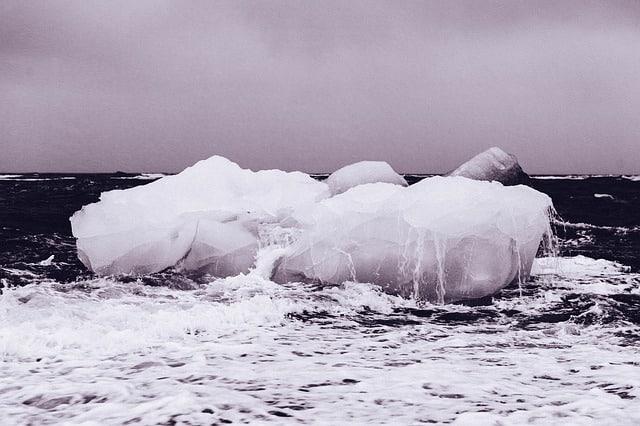 لماذا يطفو الجليد على سطح الماء؟