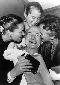 باولنغ محتفلاً مع عائلته بجائزة نوبل في الكيمياء
