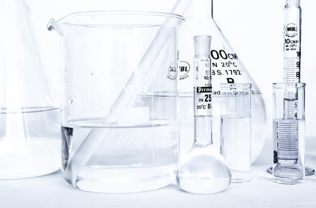 اختيار الأدوات المخبرية المصنوعة من الزجاج أم البلاستيك